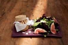 Salada de folhinhas verdes Mini folhas orgânicas acompanhadas de figos, lascas de grana padano, croutons e vinagrete de romã. Demais!