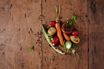 Legumes e shitake salteados sobre farofa crocante. Acompanha coalhada e terrinha comestível!