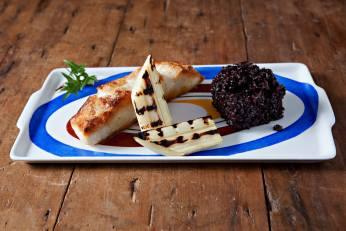 Peixe grelhado, com palmito pupunha e arroz preto.